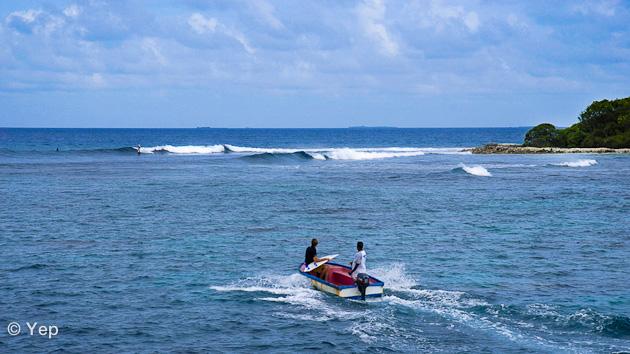 seul sur une vague des Maldives pendant le boat trip surf