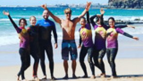 Progresser en surf dans les vagues de Fuerteventura