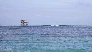 Le spot de surf de Lakey Peak à Sumbawa face à votre hôtel les pieds dans l'eau