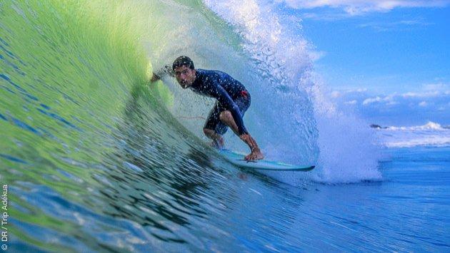 de belles vagues à Pipa au Brésil