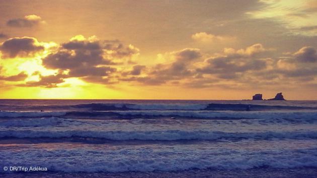 superbe coucher de soleil sur le spot de surf à Ayampe en Equateur