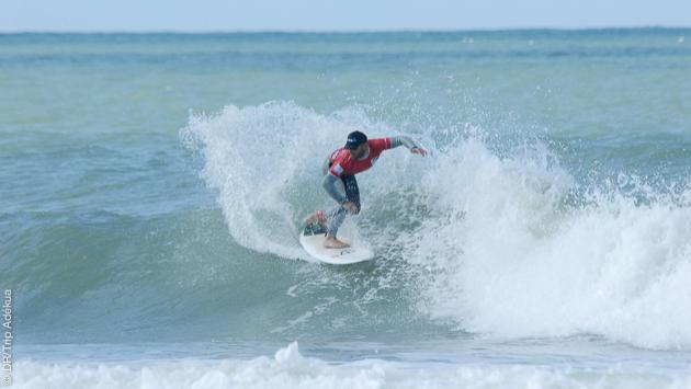 le prof fait la démo de surf en Vendée