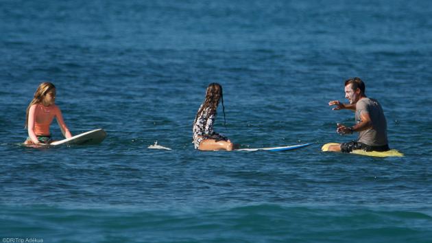 5 cours de surf avec matériel pour progresser dans les vagues des Caraïbes