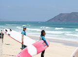 Les cours de surf pour les plus petits sur les spots adaptés de Corralejo - voyages adékua