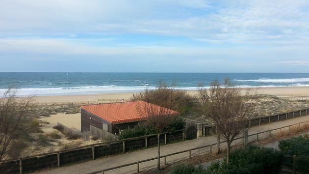 Des cours de surf et un cabanon sur le spot de surf à Hossegor