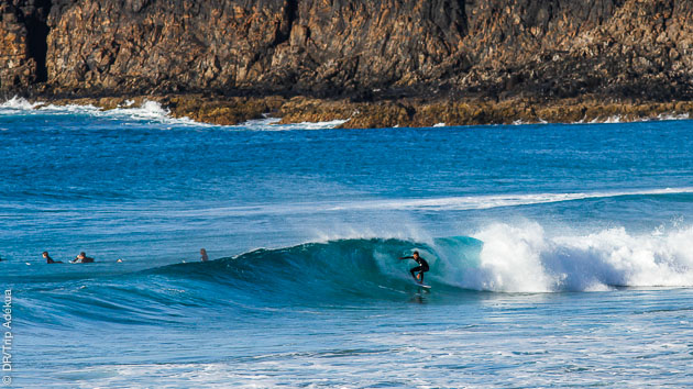 Stage de surf à Fuerteventura : votre moniteur vous fera découvrir les spots adaptés à votre niveau