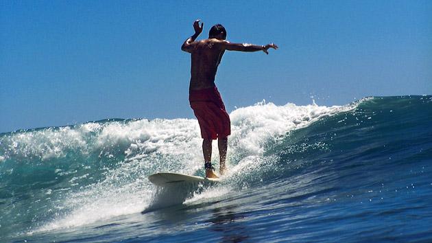 freestyle sur petite vague de surf