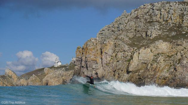 Progressez dans les vagues de la presqu'île de Crozon