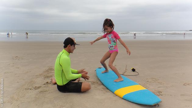 Cours de surf pour les enfants, avec des moniteurs diplômés en Equateur