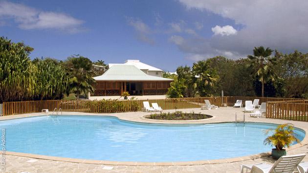 Farniente près de la piscine après vos sessions surf en Guadeloupe
