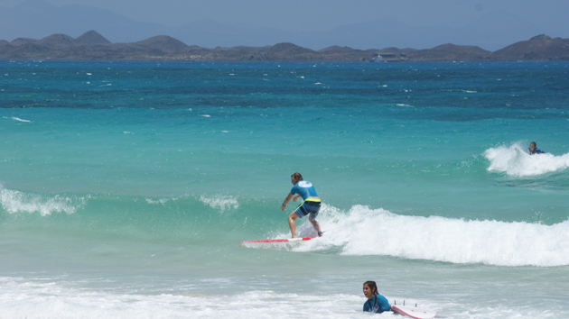 Naviguez en surf dans les plus belles vagues de Fuerteventura