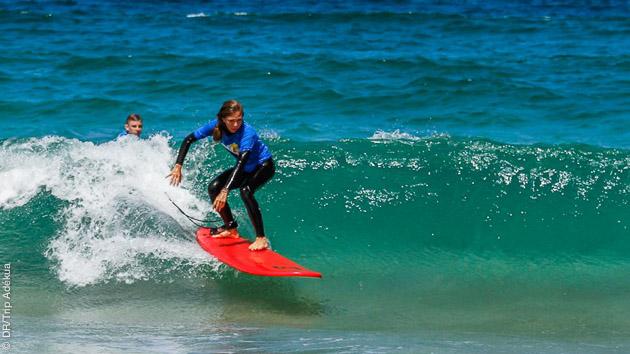 Cours de surf à Fuerteventura avec moniteurs diplômés pour progresser en toute sérénité