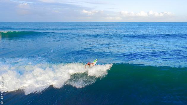 Surf pour tous niveaux, avec cours et matériel, sur les spots de Praia do Forte, accessibles à pied depuis votre villa