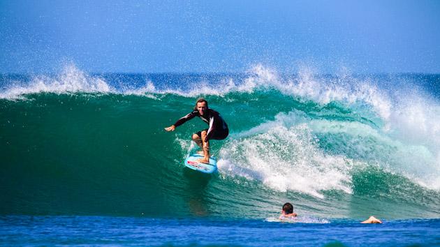 les belles vagues du costa rica permettent un surf facile