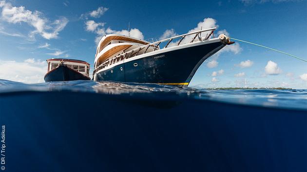 Avec un hébergement en bateau tout confort, vous explorez les spots de surf des Maldives