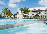 Hébergement dans un hôtel tout confort sur la plage de sable blanc au bord du lagon - voyages adékua